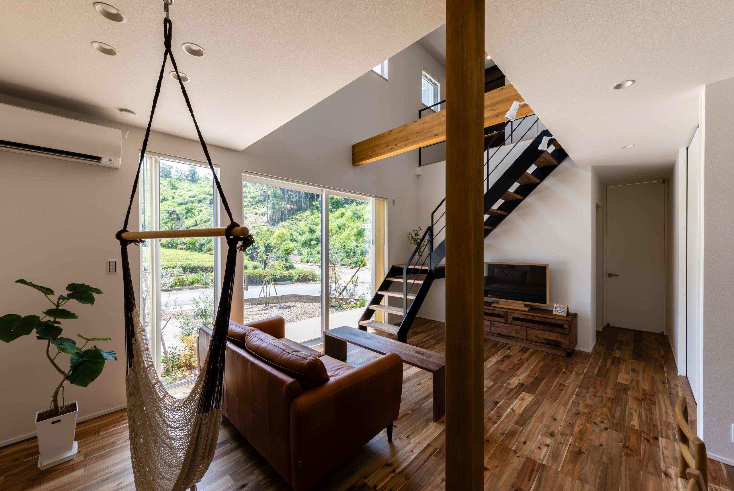 周囲の自然を庭のように眺められる家006